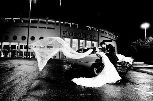 fotos de noivos no Estádio de futebol