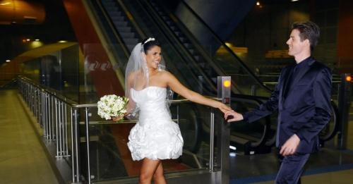 1out2012---o-noivos-erika-e-matthijs-escolheram-a-estacao-pinheiros-da-linha-4--amarela-para-o-ensaio-fotografico-que-celebra-o-casamento-deles-as-fotos-foram-registradas-no-sabado-29-o-casal-1349126958166_956x500